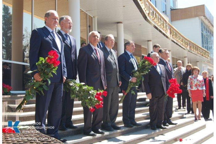 В Симферополе открыли памятник академику Вернадскому