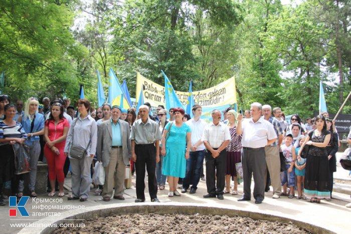 Крымские татары собрались в Симферополе на траурный митинг