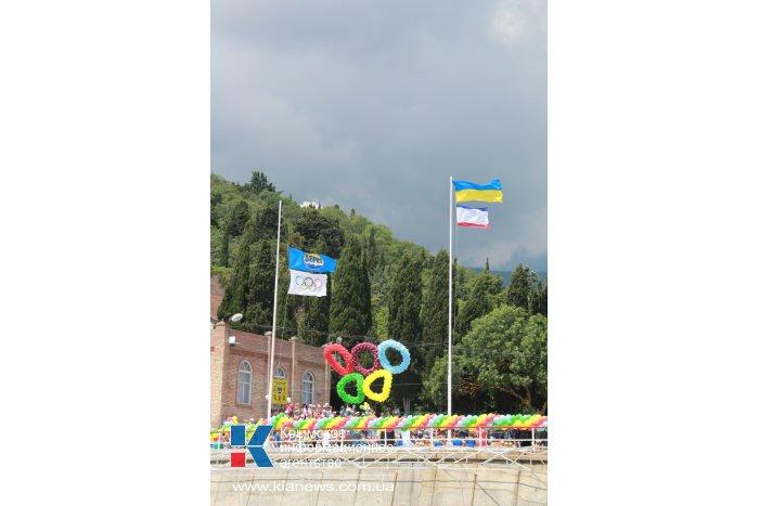 В алуштинском детском лагере «Берег» торжественно открыли смену