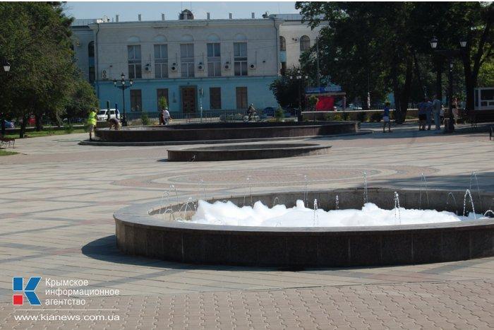 В Симферополе фонтаны покрылись пеной