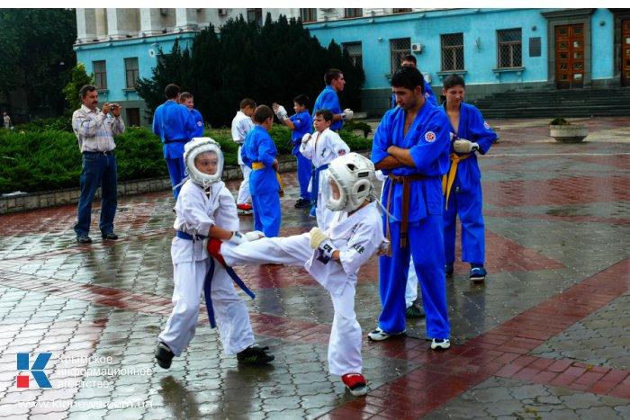 В центре Симферополя играли в футбол и медитировали