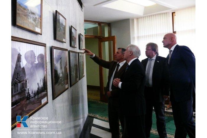 В стенах крымского парламента открылась выставка военной фотохроники
