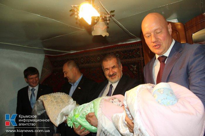 Депутаты парламента Крыма подарили матери тройни бытовую технику