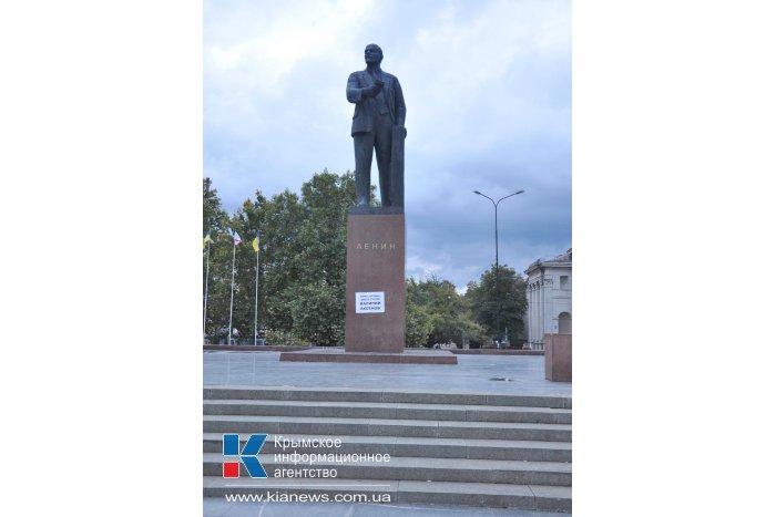 Неизвестный в Симферополе оставил сообщение на памятнике Ленину