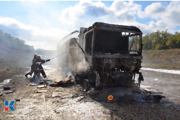 На трассе возле Севастополя сгорела фура с бумагой