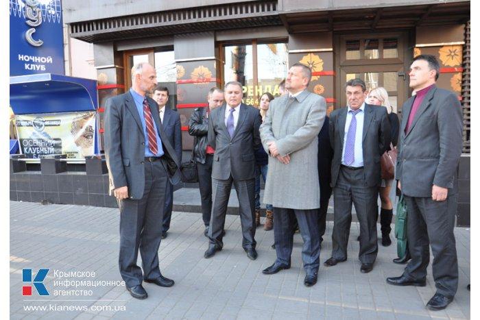 На троллейбусных остановках в Симферополе установили информационные табло