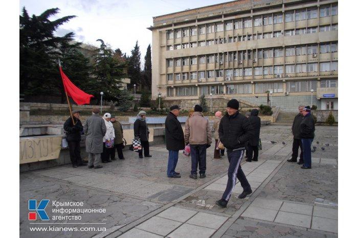 Алуштинские коммунисты митингуют против сноса памятника Ленину в Киеве