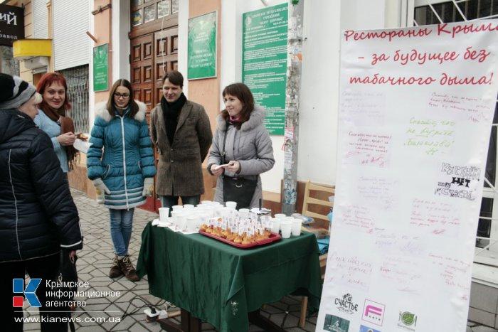 В Симферополе некурящим прохожим предлагали кексы и горячий чай