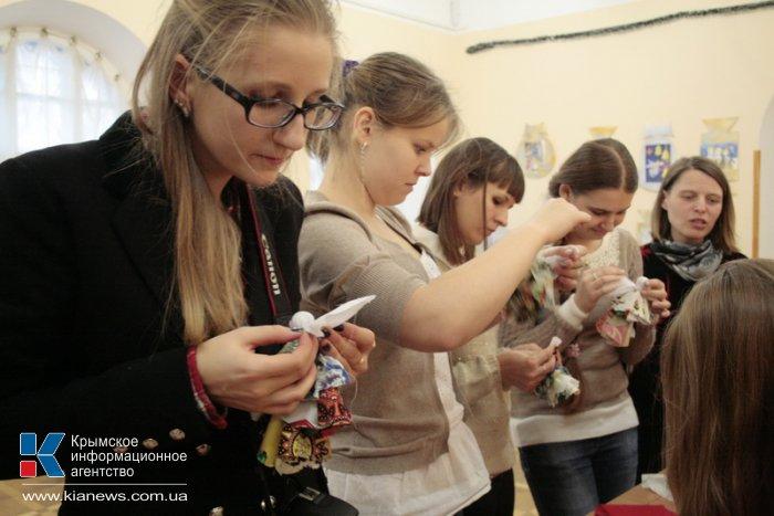 В Симферополе открылась выставка новогодних поделок