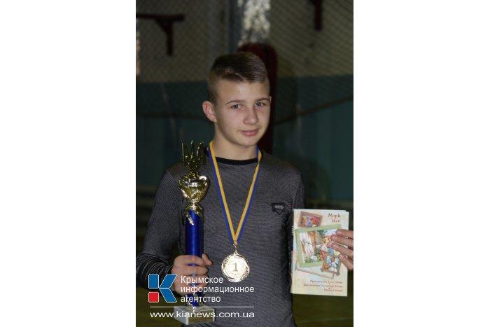 Крымским школьникам вручили книги с автографами знаменитостей