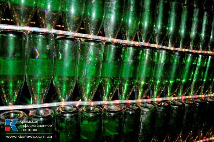 В Новом Свете установили самую большую в Украине елку из винных бутылок