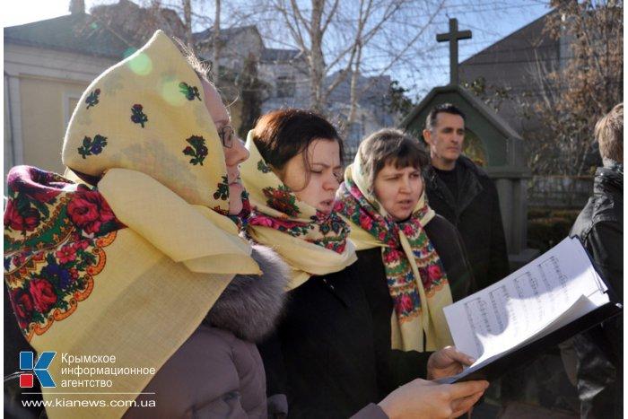 В Симферополе провели молебен у рождественского вертепа