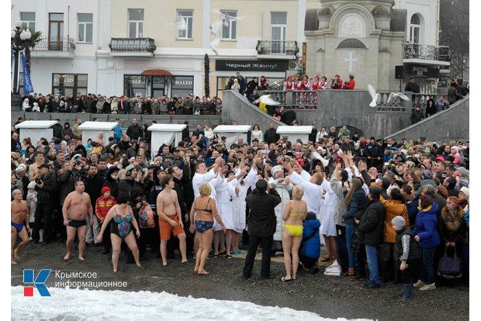 В Ялте Крещение отметили крестным ходом и купанием в море