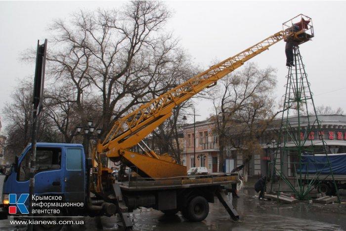 В Симферополе разбирают новогодние елки