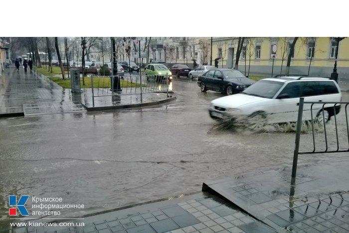 Дождь затопил улицы Симферополя