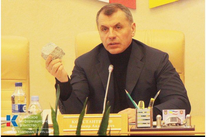 Крымский спикер продемонстрировал, чем кидают в милицию в Киеве