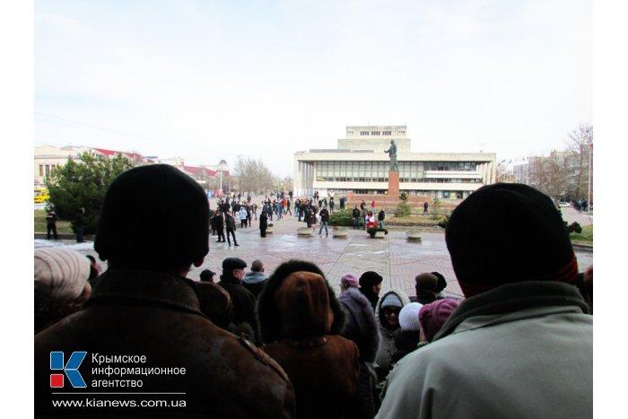 В Симферополе выстроили живую цепь на входе в Совмин