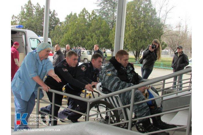 В Симферополь на лечение привезли пострадавших в Киеве военнослужащих