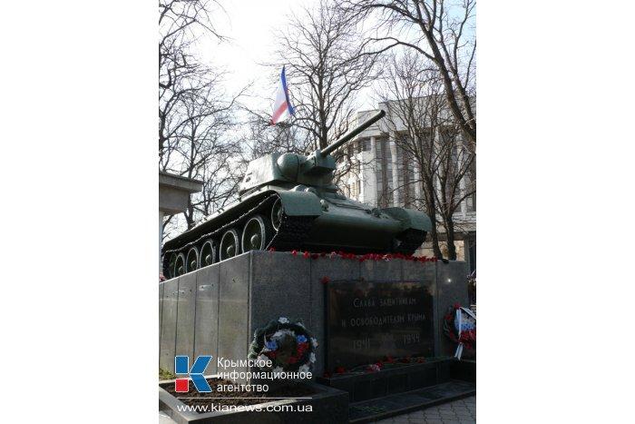 На танке в сквере Симферополя установили крымский флаг