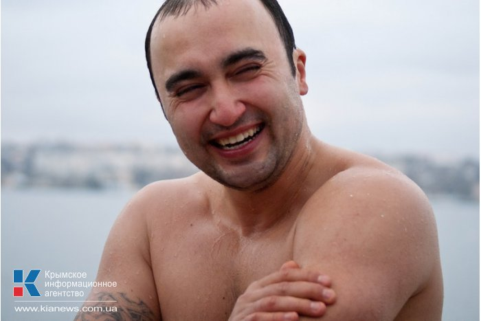 В Севастополе устроили массовое купание в море