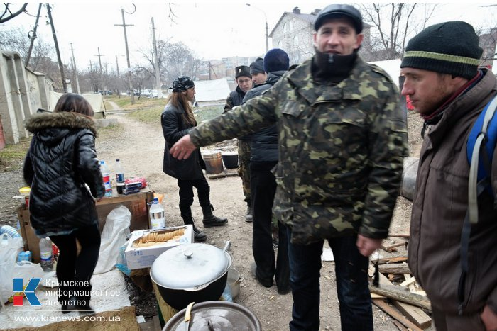 В Симферополе у места дислокации «Беркута» дежурят отряды самообороны