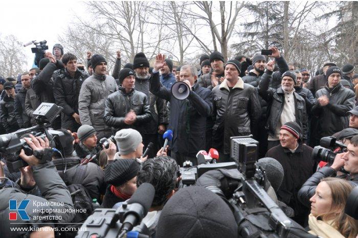 В Симферополе продолжается многотысячный митинг