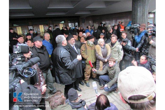 Участников митинга в Симферополе разделили живой цепью милиционеров