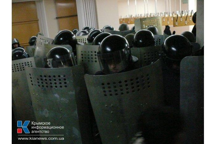 Участники митинга в Симферополе выбили двери в Верховную Раду Крыма