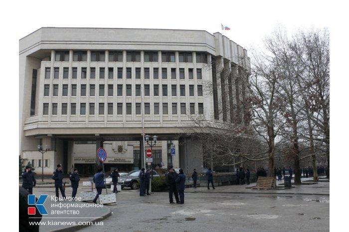 Над административными зданиями Крыма развеваются российские флаги