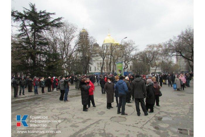 Под стенами крымского парламента собирается мирный митинг