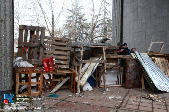 В крымском парламенте разбит центральный вход