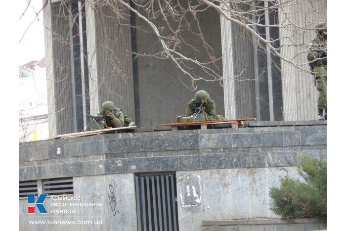 Центр Симферополя полностью окружен военными