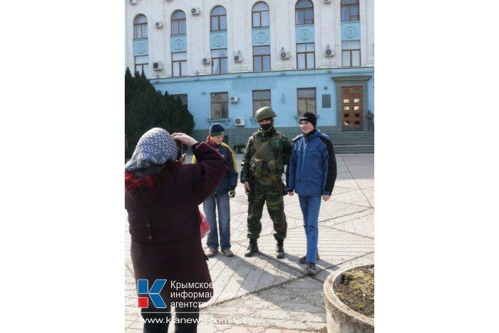 К зданию правительства Крыма сходятся люди