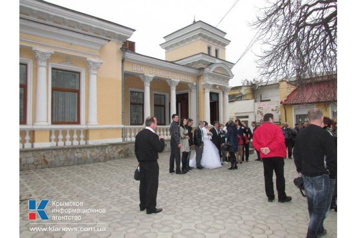 В Симферополе полным ходом идут свадьбы