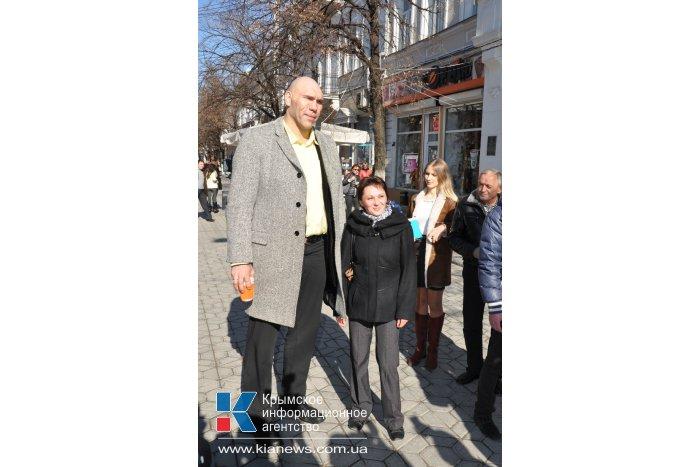 Российский боксер в Симферополе встретился с юными спортсменами