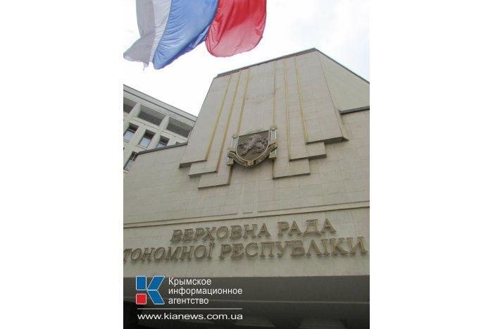 Со стен крымского парламента сняли герб Украины