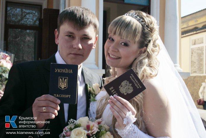 В Симферополе зарегистрировали брак россиянка и крымчанин