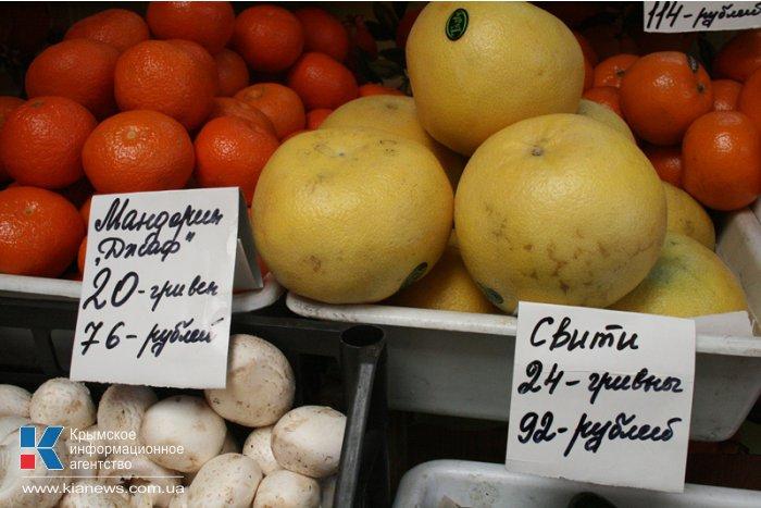 На рынках Симферополя начали принимать для расчета рубли