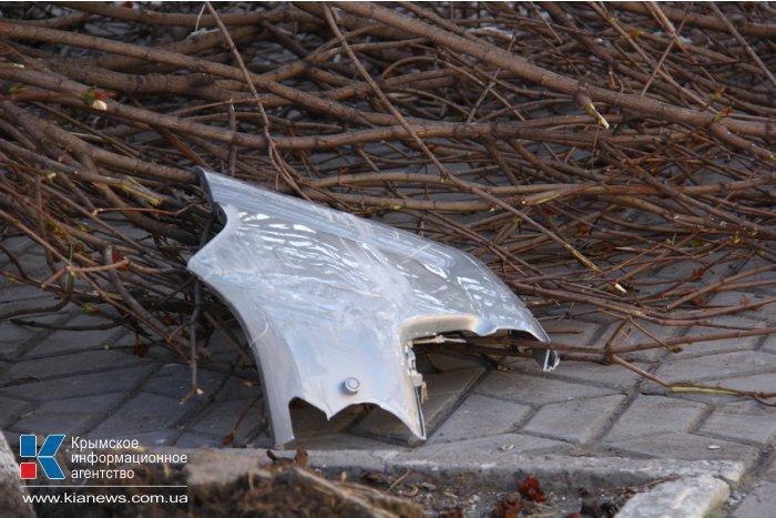 В центре Симферополя в результате ДТП сломан клен