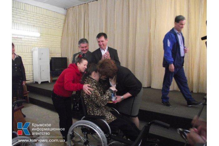 Крымские инвалиды-очередники получили 200 инвалидных кресел