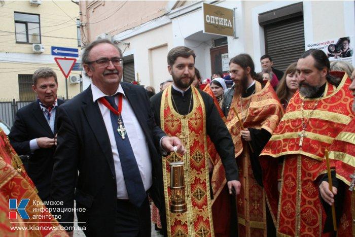 В Симферополе Благодатный огонь встречали более тысячи верующих