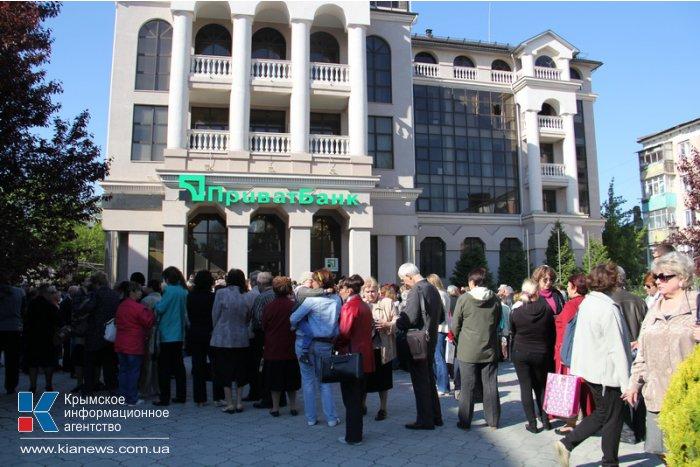 Тысячи людей пришли к главному офису «ПриватБанка» в Крыму