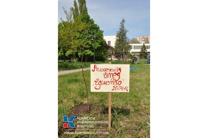 У библиотеки Франко в Симферополе высадили молодые деревья