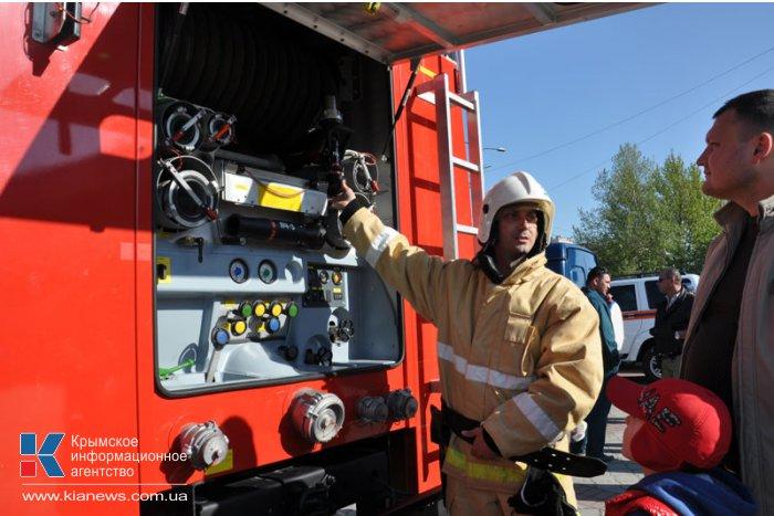 В Симферополе состоялся парад пожарно-спасательной техники МЧС
