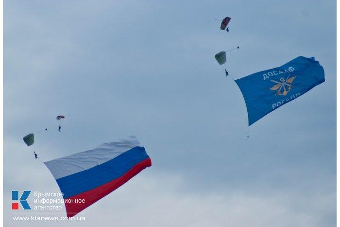 Над Севастополем развернули два 90-килограммовых флага
