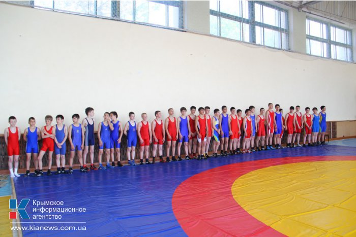 В Прибрежном проходит крымский молодежный чемпионат по вольной борьбе