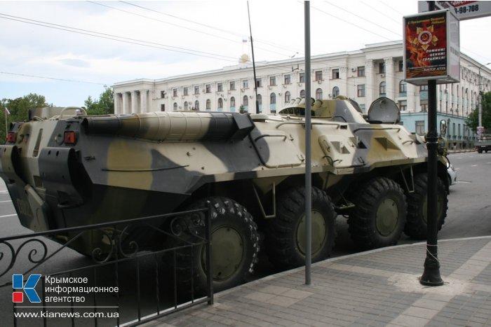 Центр Симферополя заполонили автомобили с силовиками