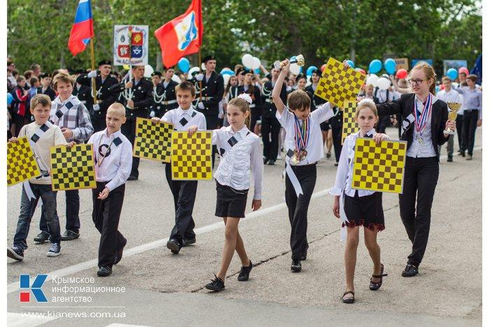 В Севастополе прошло шествие детских организаций