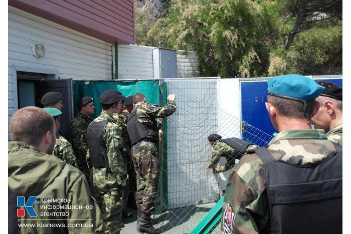 На пляже в Кореизе снесли незаконный забор