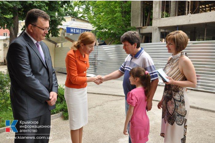 В Симферополе выдали первые полисы обязательного медицинского страхования